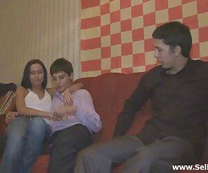 دانشجویان زن لخت xxx جوان در فلیپ فنج بازی و رابطه جنسی می گیرند.