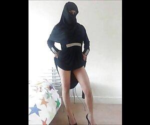سبزه جوراب شلواری را با جوراب sex زنان دوجنسه شلواری سیاه می دهد